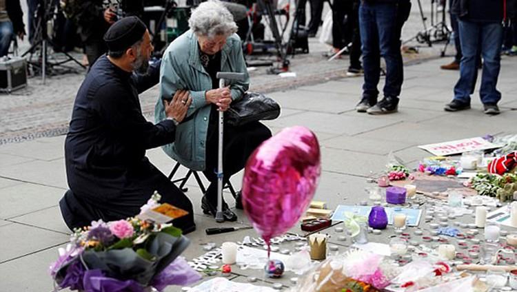 تعرف على قصة المسلم واليهودية اللذين أبهرا العالم في صلاة الجنازة على ضحايا مجزرة مانشستر