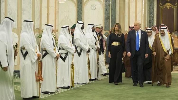 """من هم """"الخويا"""" الذين جذبوا انتباه ترامب في الرياض؟"""