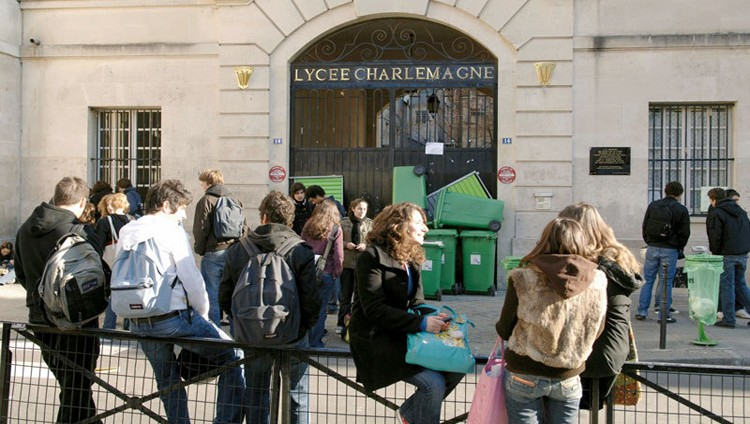مدارس فرنسية تمنع السراويل المثقوبة والتنانير القصيرة