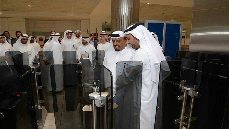 """تدشين مشروع """"محفظة الإمارات الذكية"""" لتسهيل إجراءات المسافرين بقاعة المغادرين بمطار دبي"""