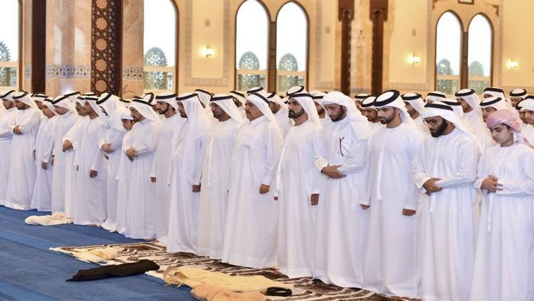 محمد بن راشد يؤدي صلاة العيد بمسجد زعبيل ويتلقى التهاني