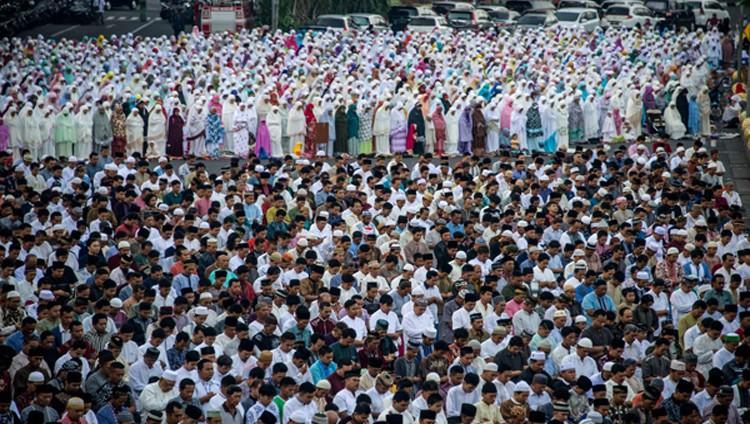 المسلمون يحتفلون بعيد الفطر المبارك عبر العالم
