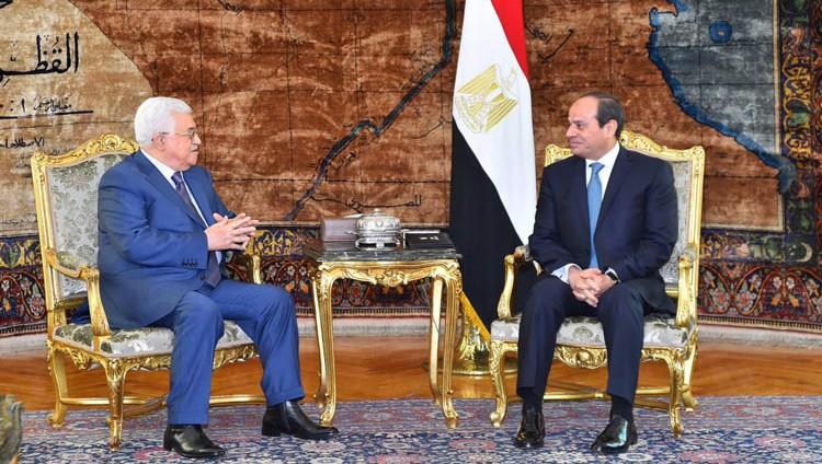 السيسي يبحث مع أبو مازن جهود استئناف مفاوضات السلام