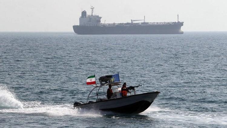 حادث جديد بين سفن أميركية وزوارق إيرانية بالخليج