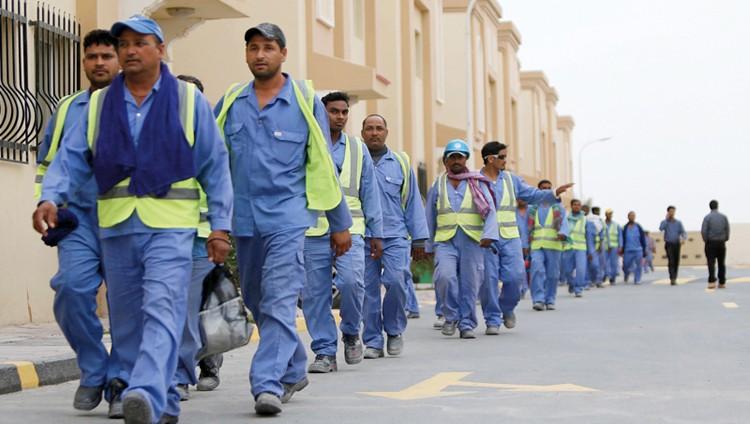 قطر تواجه الأزمة بإجازات غير مدفوعة للعمال