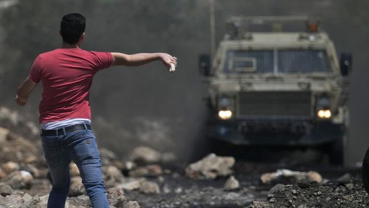 الاحتلال يقمع المسيرات الأسبوعية ويداهم الضفة