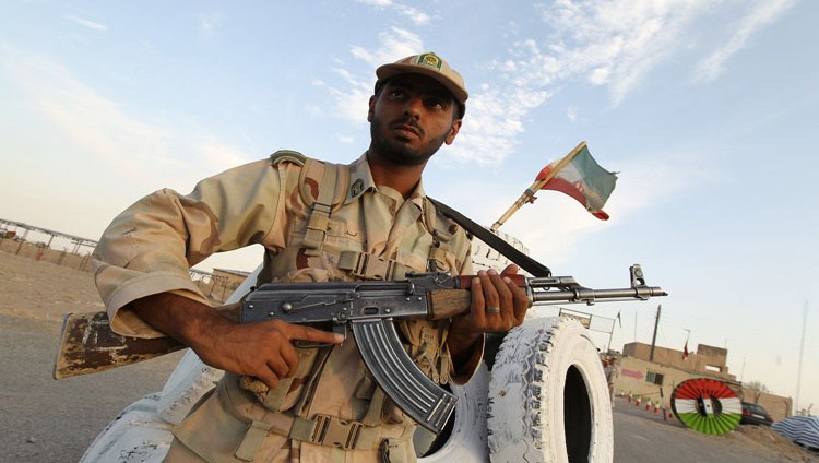 جندي إيراني يفتح النار على زملائه ويصيب 10