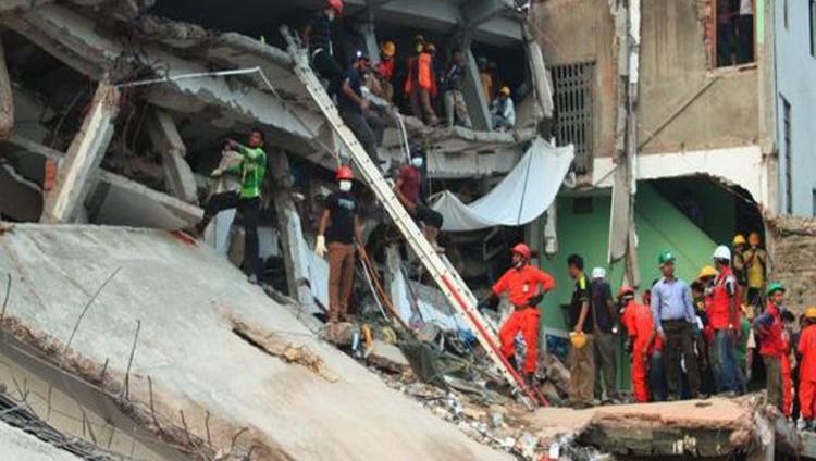سقوط 7 قتلى بانهيار مبنى في مومباي ومحاصرة أكثر من 30 شخصًا