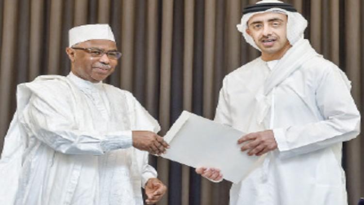 محمد بن زايد يتلقى رسالة خطية من رئيس تشاد تسلمها عبدالله بن زايد