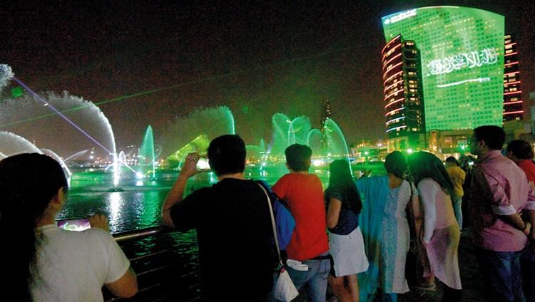 أهازيج الفرح الإماراتية تحتفي باليوم الوطني السعودي