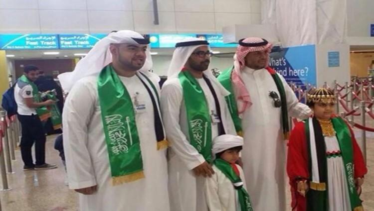 الإمارات تستقبل الأشقاء بالورود والهدايا التذكارية