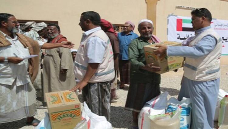 الهلال الإماراتي يقدم مساعدات غذائية بوادي حضرموت