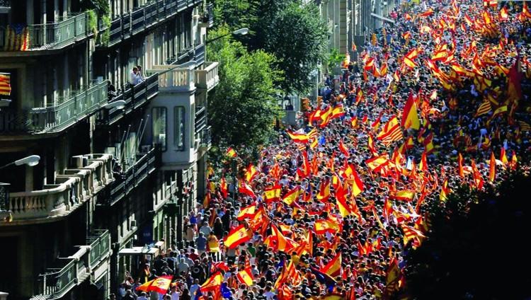 مئات الآلاف يتظاهرون في برشلونة ضد انفصال كاتالونيا