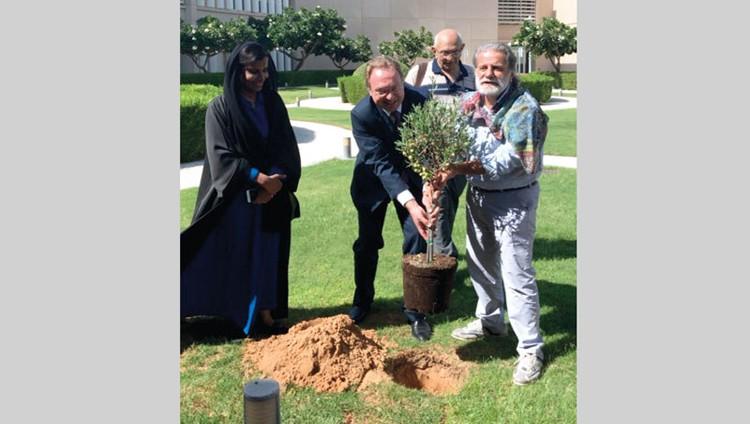 مارسيل خليفة يغني لفلسطين ويزرع شجرة زيتون في أبوظبي