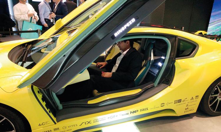 «اتصالات» تعرض سيارة ذكية ذاتية القيادة مدمجة بطائرة دون طيار