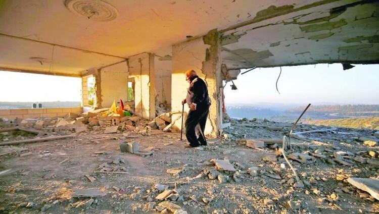الاحتلال يفجر منزل شهيد ويهدم عمارة في القدس