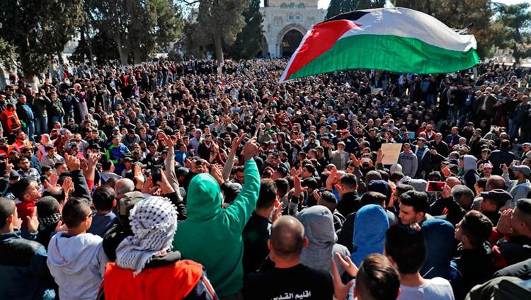 «جمعة الغضب».. تظاهرات فلسطينية وغليان بالقدس والضفة.. وشهيد في غــزة