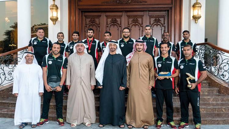 محمد بن زايد يستقبل فريق أبوظبي الفائز ببطولة العالم لزوارق الفورمولا 1