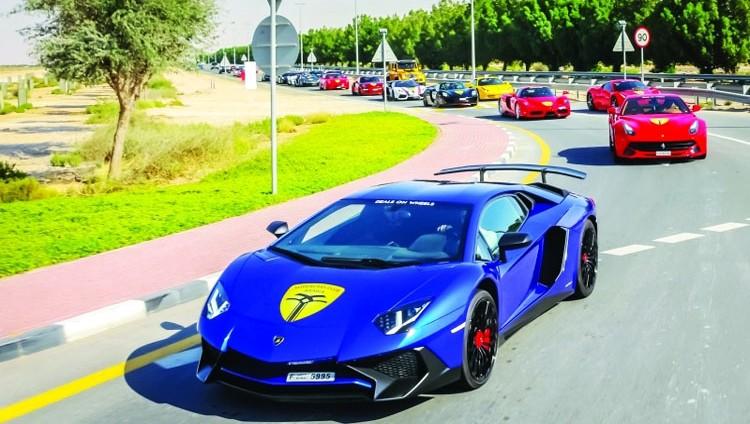 سيارات فاخرة بمسيرة «سوبر كارز» في دبي