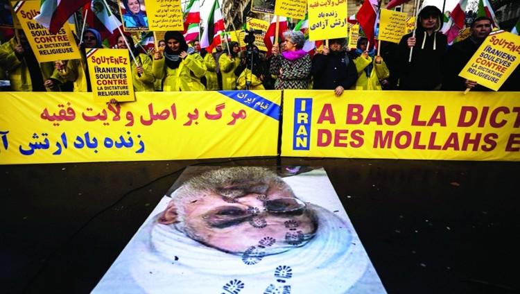 الاشتباكات تعم المدن الإيرانية