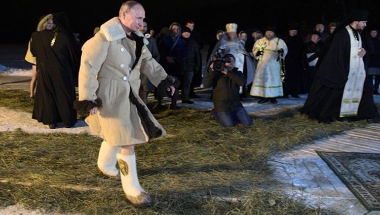 بوتين يغوص في مياه بحيرة متجمدة