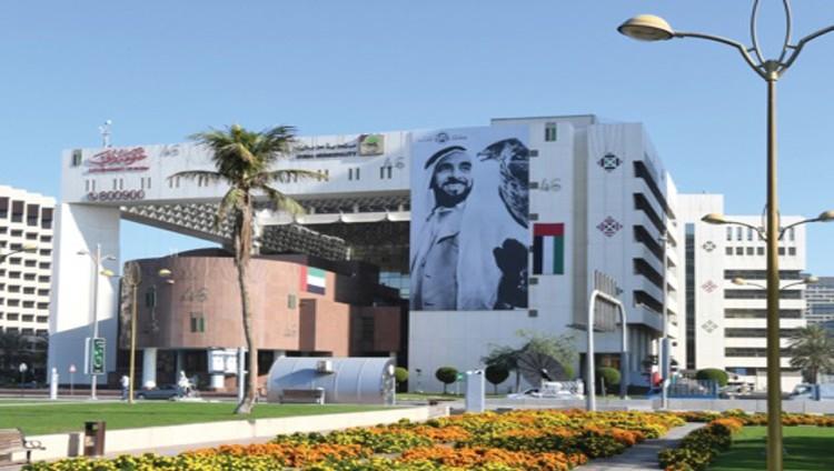 بلدية دبي تجمّل مبناها بصورة زايد