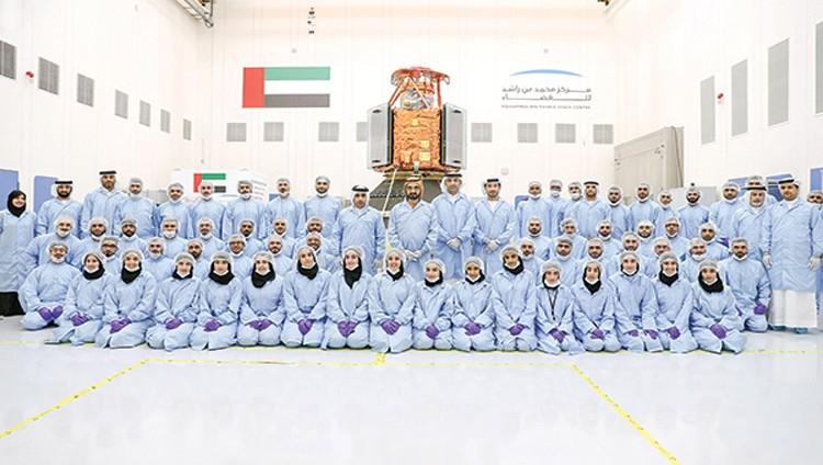محمد بن راشد يسجّل دخول الإمارات عصر التصنيع الفضائي بالقمر «خليفة سات»