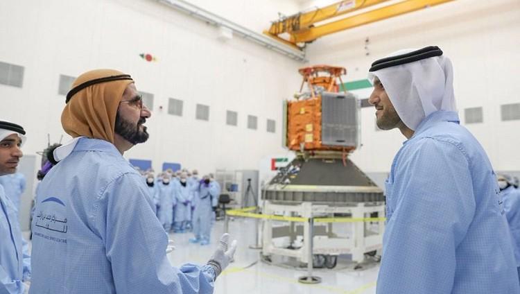 محمد بن راشد يدشن أول قمر صناعي عربي بأياد إماراتية 100%