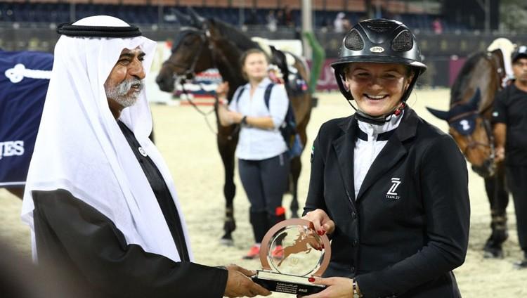 نهيان بن مبارك يتوج الفائزات بكأس أكاديمية فاطمة بنت مبارك الدولية لقفز الحواجز في عامه الخامس