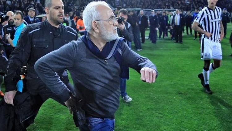 رئيس ناد يوناني يقتحم الملعب بالسلاح احتجاجاً على هدف ملغي