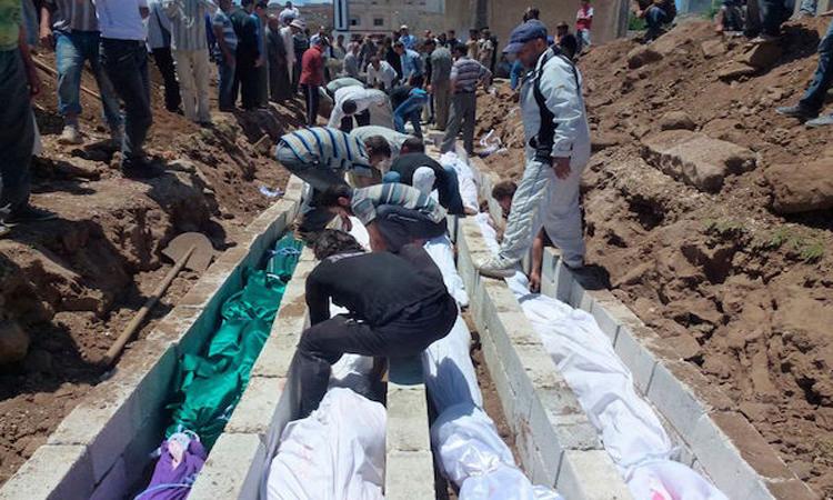 العثور على عشرات الجثث داخل مقبرة جماعية في الرقة