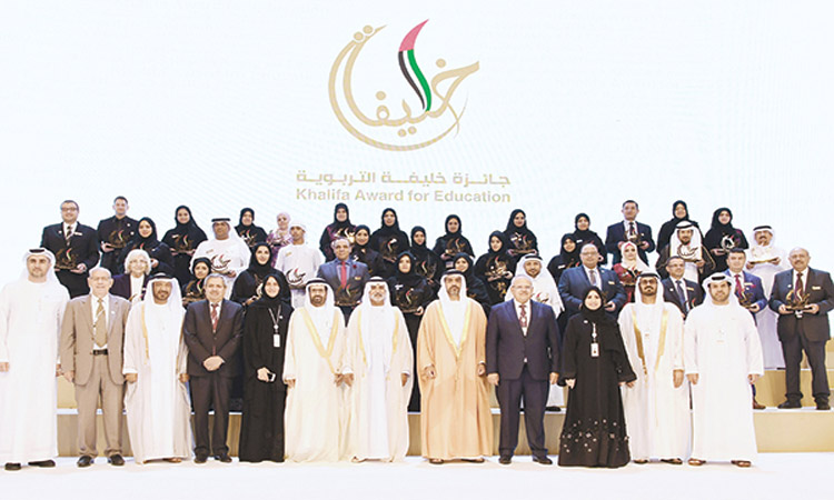 حامد بن زايد يكرم الفائزين في جائزة «خليفة التربوية»