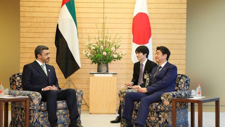 رئيس وزراء اليابان وعبدالله بن زايد يبحثان التعاون