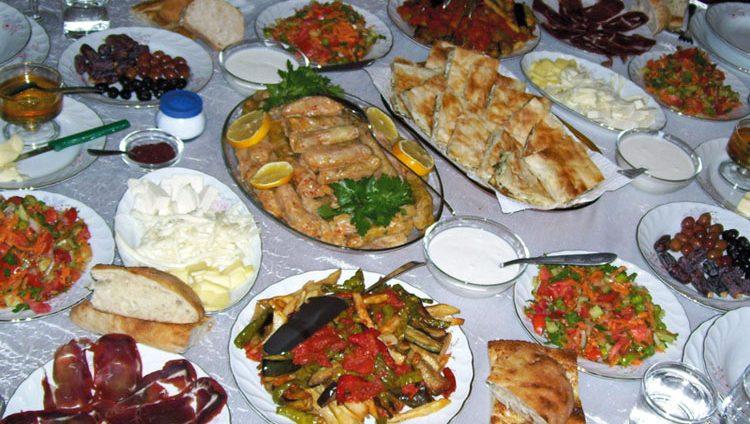 أسر تتباهى بـ «موائد رمضان» على «التواصل الاجتماعي»