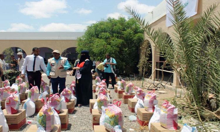 «الهلال الأحمر» يقدم مساعدات غذائية لأهالي لحج