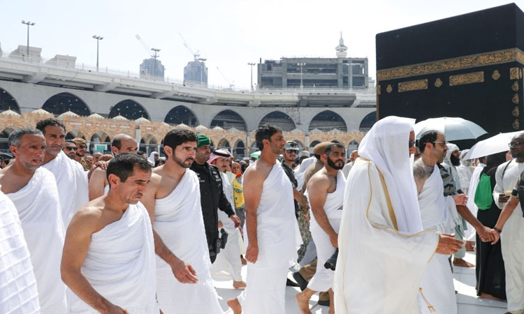 حمدان بن محمد يؤدي مناسك العمرة