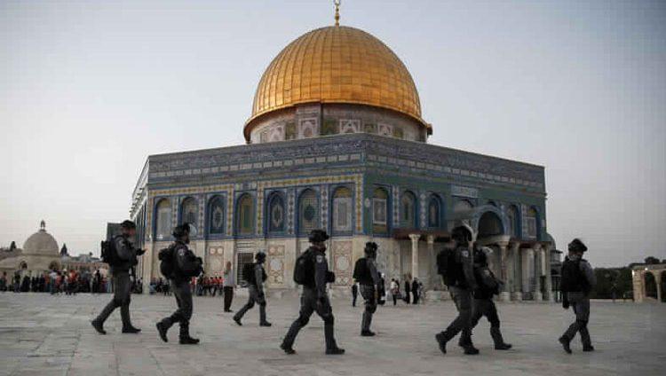 الاحتلال يعتقل مصلين من ساحات المسجد الأقصى