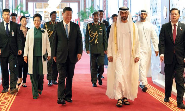 محمد بن زايد في وداع الرئيس الصيني بعد زيارته التـاريخية