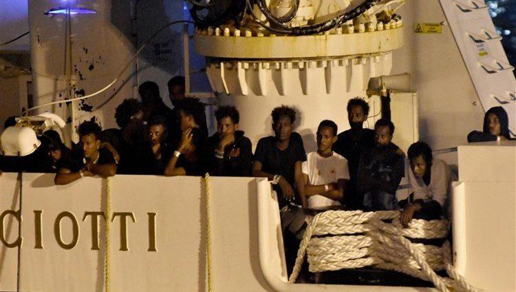 الاتحاد الأوروبي يرحب بالتوصل إلى حل بشأن المهاجرين على القارب الإيطالي
