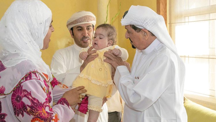 حاكم عجمان يستقبل أسرة الطفلة المغربية «ملاك» ويطمئن على صحتها