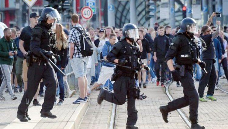 الشرطة الألمانية تحقق مع 10 متظاهرين أدوا تحية هتلر