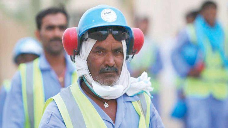 عمال في منشآت مونديال قطر يصفون حياتهم بأنها تشبه حياة الكلاب