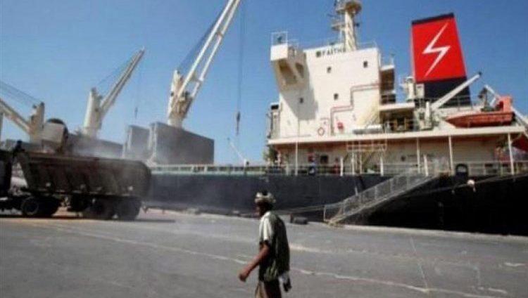 الحكومة اليمنية: الحوثيون يحتجزون 10 سفن نفطية وتجارية في ميناء الحديدة