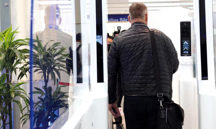 إطلاق «الممر الذكي» تجريبياً في مطار دبي