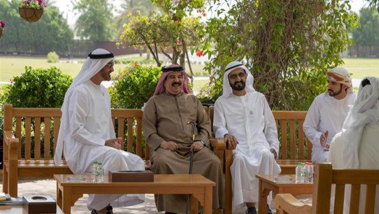 محمد بن راشد ومحمد بن زايد يستعرضان مع ملك البحرين العلاقات المتميزة بيـن البلدين