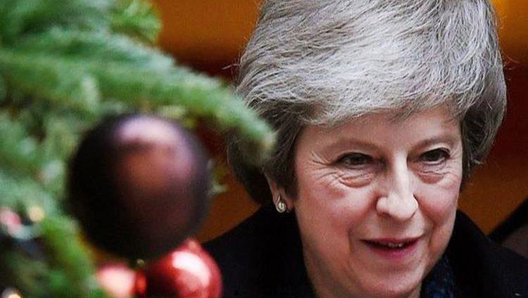 بريطانيا.. تيريزا ماي تنجو من سحب الثقة