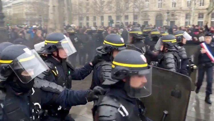 فرنسا تنشر الآلاف من قوات الأمن تأهباً لموجة جديدة من الاحتجاجات