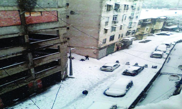 الثلوج تعزل مدناً في الجزائر وتونس