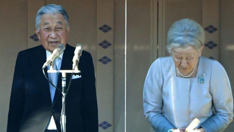 إمبراطور اليابان يلقي خطاب الوداع أمام الآلاف في قصر طوكيو