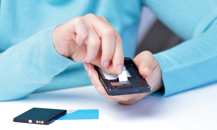 «اتصالات» و«دو» تتيحان استبدال شريحة SIM العادية بخدمة eSIM الجديدة